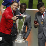 Ибрагимович делает селфи с трофеем Фото: Reuters (marca.com)