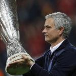 Главный тренер «Манчестер Юнайтед» с кубком победителей Лиги Европы Фото: Reuters (gazeta.ru)